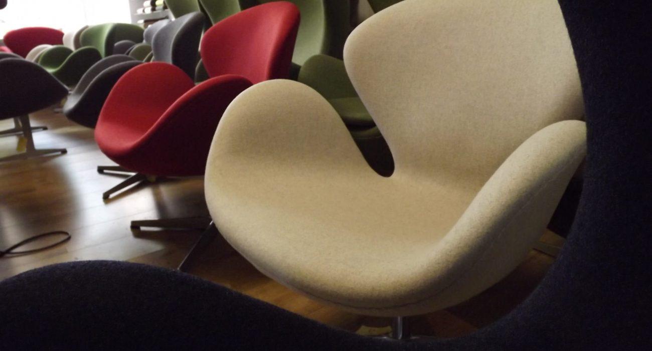 Swan chairs gestoffeerd door meubelstoffeerderij.nl